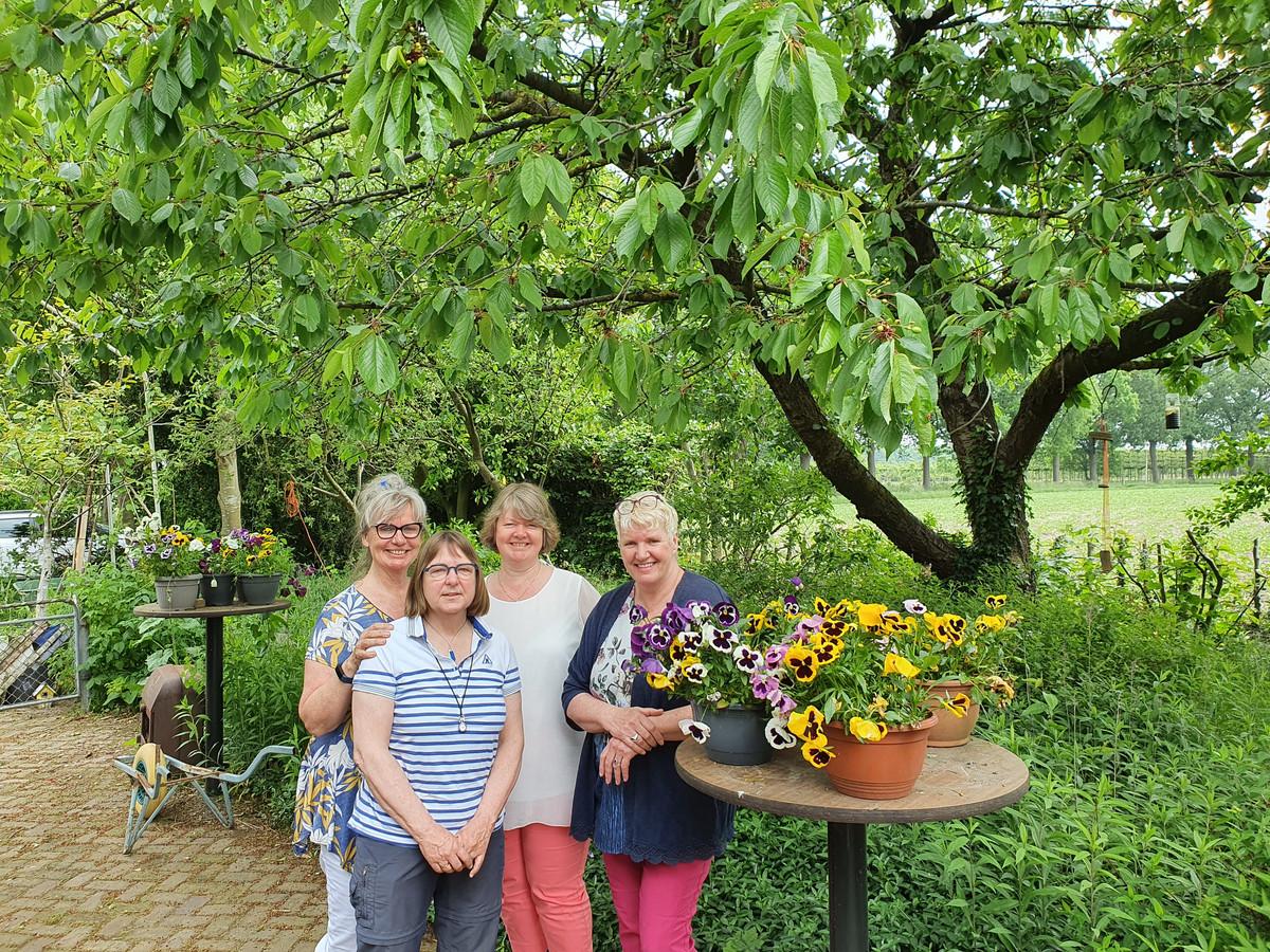 Initiatiefneemsters van 'De Huiskamer' op een rijtje. Van links naar rechts: Loutje Bosch, Marianne Phaff, Evelien Zweekhorst en Mirja van Erp