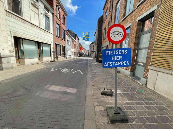 Door de werken is er tijdelijk een enkele rijrichting voor fietsers in de Leuvensestraat.