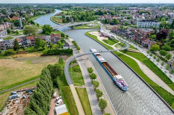 De 'nieuwe Leie' in Kortrijk, met zijn prachtige bruggen. Zoals hier de Collegebrug aan Budabeach, op dit archiefbeeld