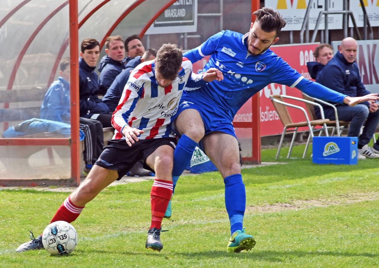 Ibrahim Eryürük (rechts) in duel met Krabbendijke-speler Rens Jansen.
