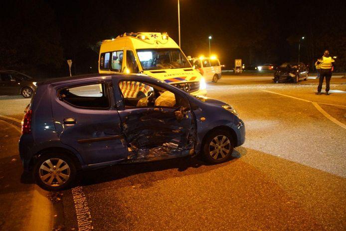 Een van de auto's op de kruising waar het ongeluk plaatsvond in Aalten.
