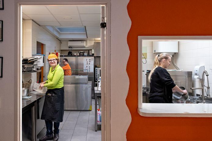 De keuken van lunchroom Downey's. Links Marlieke, achterin Arjan en rechts begeleider Cynthia. ,,We wilden niet weer dichtgaan.''