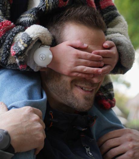Deux jeunes Belges inventent le bracelet distributeur de gel désinfectant
