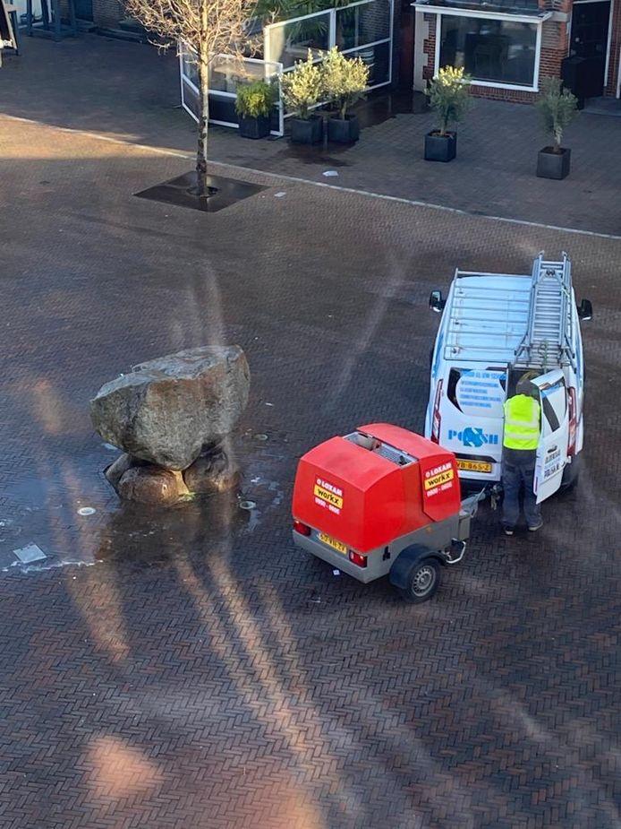 Het Oldenzaalse bedrijf Polish Reclame & Schoonmaakservice spoot de Marktsteen dinsdagochtend rond kwart voor elf schoon.