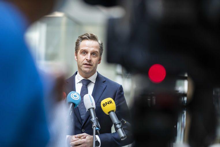 Demissionair minister Hugo de Jonge (Volksgezondheid) reageert op de conclusies van het EMA over het AstraZenecavaccin. Volgens het het Europees Geneesmiddelenbureau kunnen de ernstige bijwerkingen beschouwd worden als zeer zeldzaam. Beeld ANP