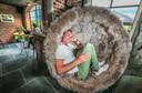 Nicolas Debaveye in zijn zomerbar, waar de inrichting erg warm is. De zomerbar is donderdagavond geopend.