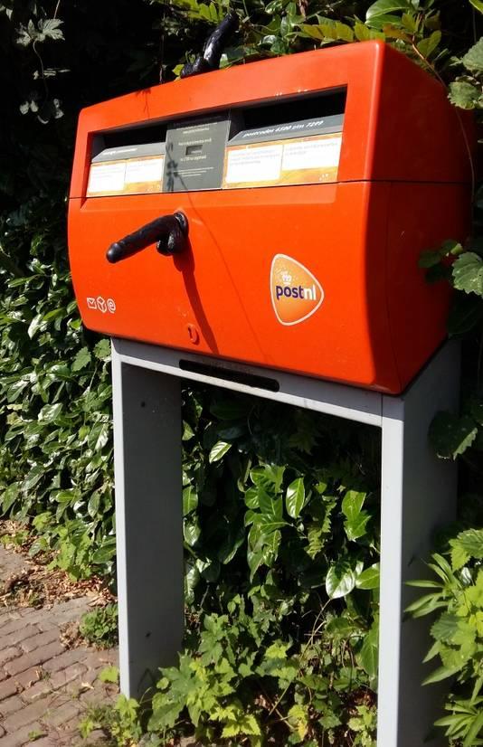 De brievenbus in de Kekerdomse Weverstraat die afgelopen weekend voorzien is van twee dildo's. Maandag bleken de seksspeeltjes al verwijderd. Al waren de plakresten nog zichtbaar.