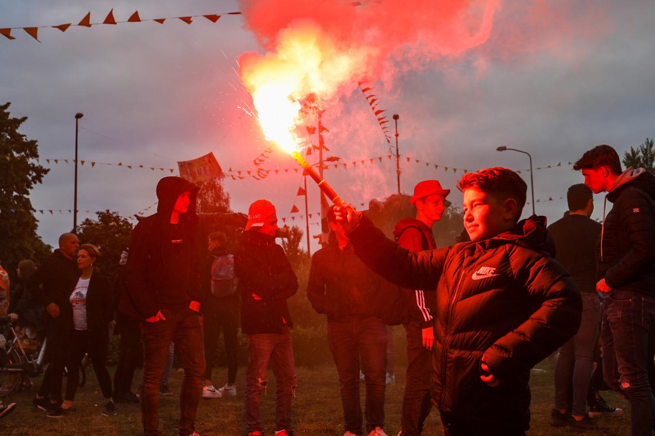Veel mensen, jong en oud, op de been in Apeldoorn na de winst van Nederland op Noord-Macedonië.