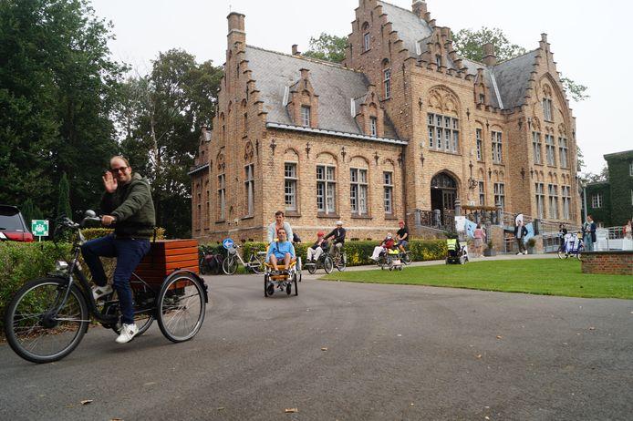 De crowdfundingcampagne werd afgetrapt aan het kasteel van Dominiek Savio, waarbij verschillende partners enkele rondjes fietsten op het domein.