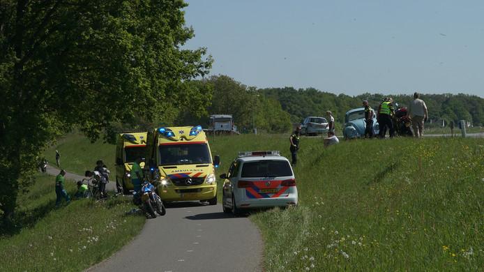 De motorrijder ging onderuit op de dijk tussen Deventer en Olst.
