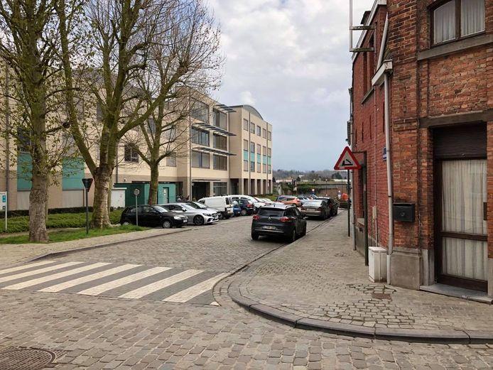 Wie de parking in de Akademiestraat aan woonzorgcentrum Het Pardoen met de auto verlaat, mag zowel linksaf als rechtsaf rijden.