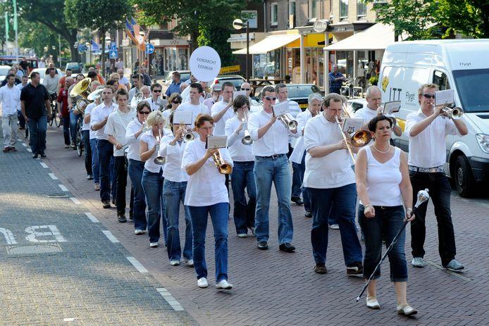 Muziekvereniging Eendracht Eerbeek in optocht door het centrum van Eerbeek.