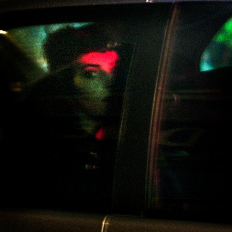 Frankrijk, Parijs, 21 oktober 2015, dame achterin een auto. Beeld null