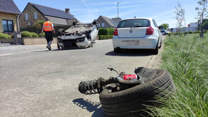 Bestuurster knalt tegen geparkeerde auto en gaat over de kop