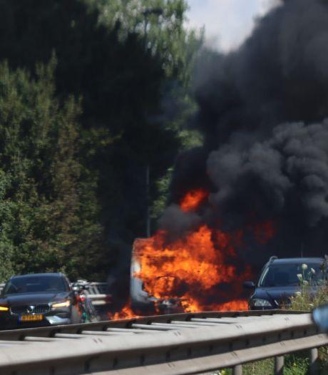 Caravan van vakantiegangers brandt volledig uit onderweg naar Zeeland