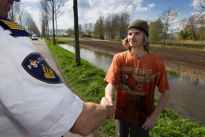 De 17-jarige Johan Bos redde een man uit het water aan de Cellesbroeksweg in Kampen. Hij krijgt de felicitaties van de politie. foto Freddy Schinkel