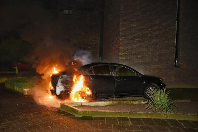 De brand brak uit in de achterkant van de auto.