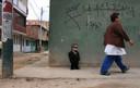 Foto gemaakt in 2010 van Edward Nino Hernandez, die nu de titel voor de kortste mobiele man ter wereld draagt.