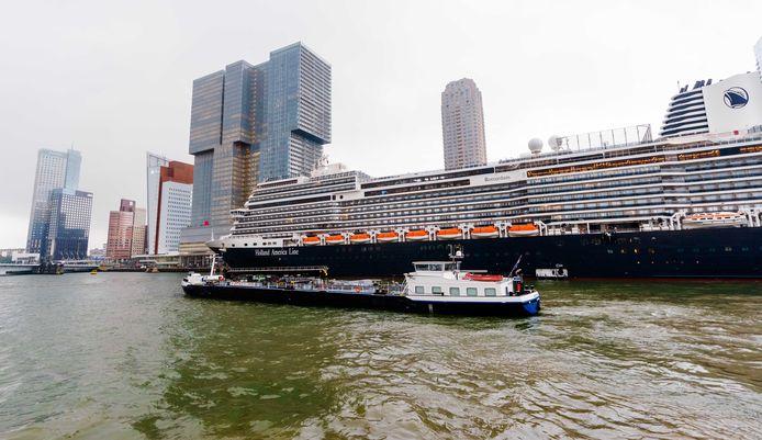 Het schip kwam iets voor het middaguur aan in de binnenstad van Rotterdam.