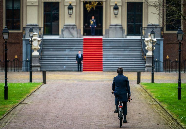 Premier Mark Rutte fietst naar Paleis Huis ten Bosch om de koning het ontslag van zijn kabinet aan te bieden.  Beeld Freek van den Bergh / de Volkskrant