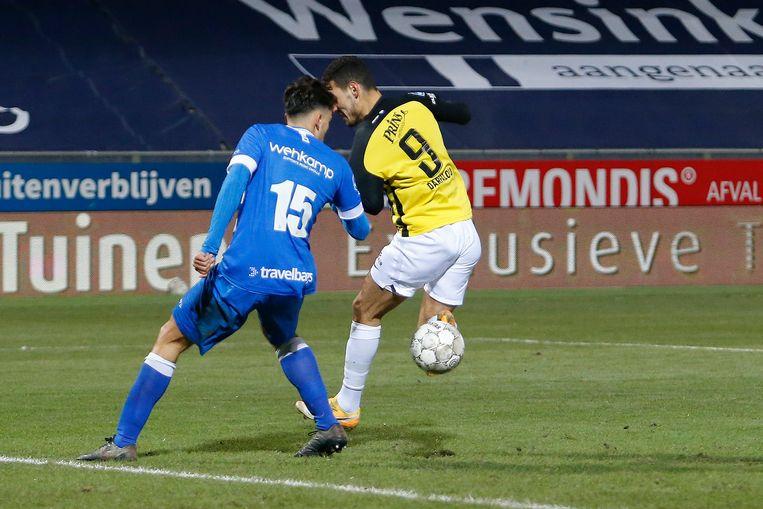 Vitessespeler Oussama Darfalou (rechts) tijdens de wedstrijd tegen PEC Zwolle. Beeld Niels Boersema