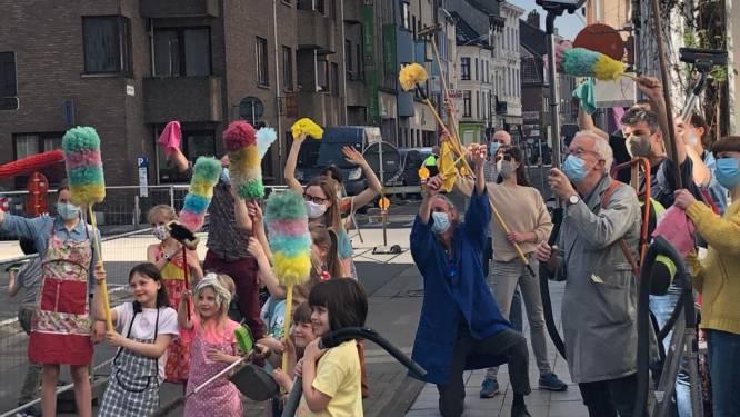"""Bewoners geplaagde Lange Beeldekensstraat zuigen lucht schoon met stofzuigers: """"Laat ons niet stikken"""""""