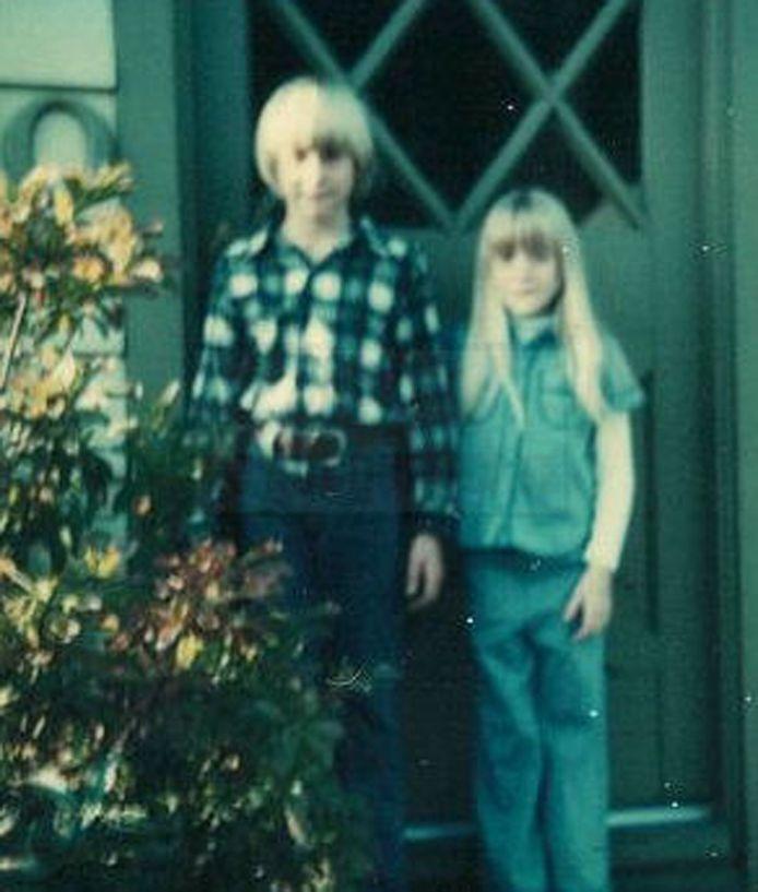 Archiefbeeld. Kurt Cobain en zijn zus Kim bij de voordeur van de ouderlijke woning.