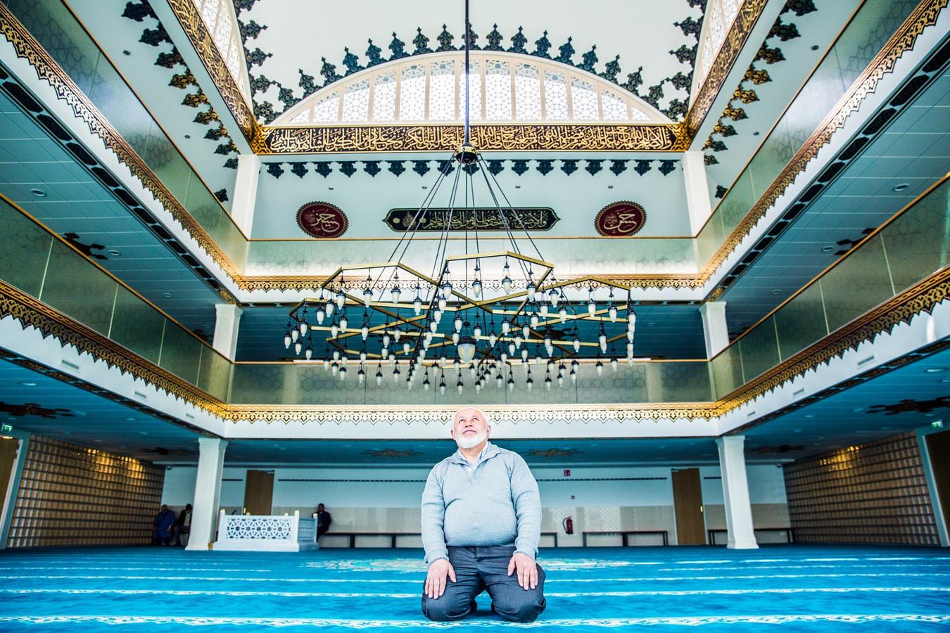 Een man in gebed in de nieuwe Ulu-moskee in Utrecht.