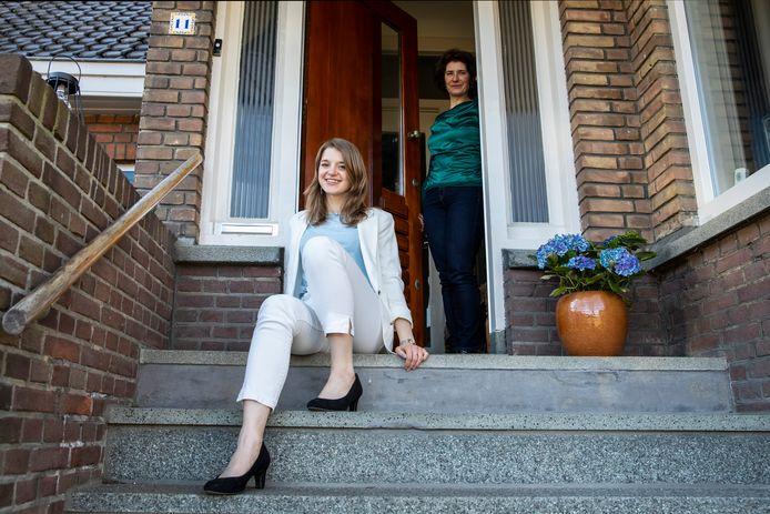 Pleuni Maartje Lap met haar moeder Henriette op de trap bij haar voordeur.