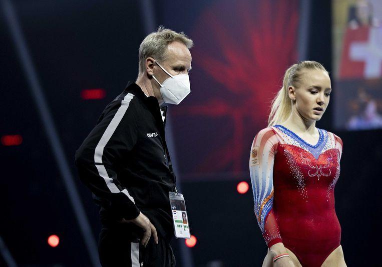 Lieke Wevers met coach en vader Vincent Wevers in actie op het onderdeel vloer op de eerste dag van de Europese kampioenschappen turnen, op 21 april in Basel.   Beeld Iris van den Broek
