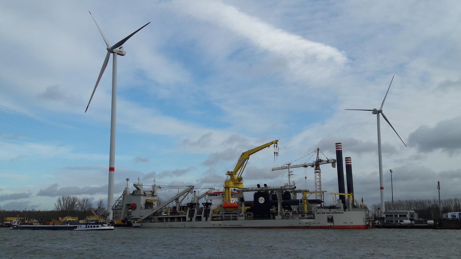 De twee nieuwe windturbines in Zelzate-Oost, pal op de grens bij Sas van Gent.