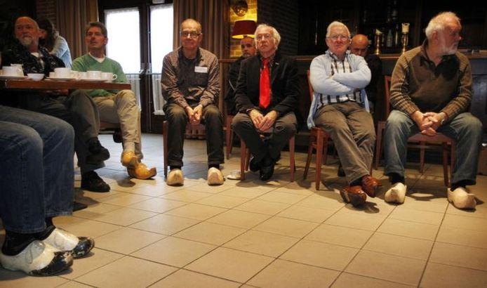 Bezoekers van de klompenkeuring vrijdag in zalencentrum De Beurs in Sint-Oedenrode. Burgemeester Maas kreeg te horen dat hij volgend jaar zonder klompen niet meer binnen komt. Maas stemde lachend in. foto Irene Wouters