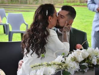 """Nick (33) en Tiffany (28) trouwen buiten, ondanks regenweer: """"Zo konden onze vrienden er ook bij zijn"""""""