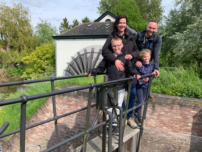 Jeanetta en Martijn en hun kinderen Roan en Noa bij gemaal De Oude Horn.