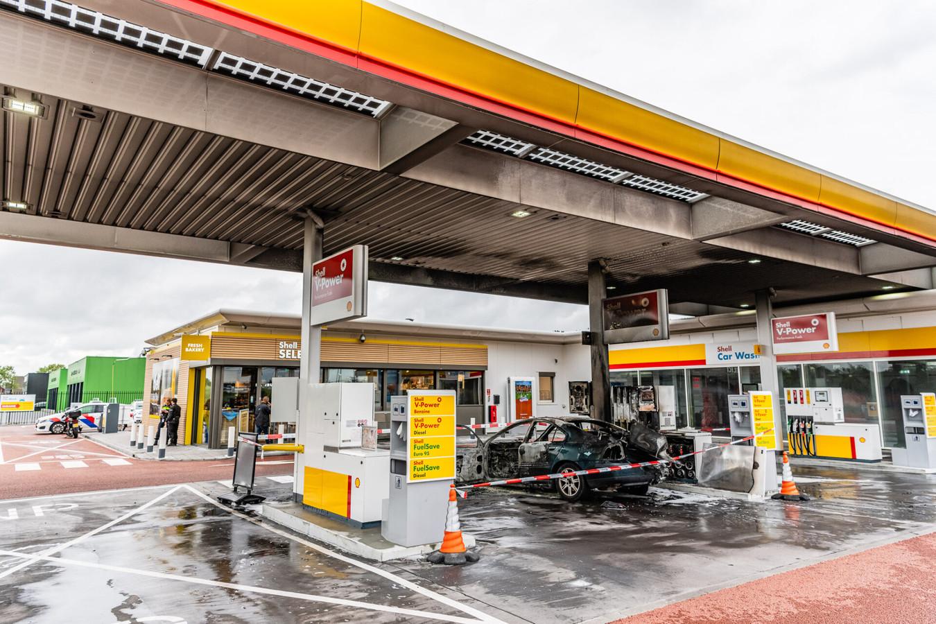 Autobrand bij een benzinepomp in Tilburg.