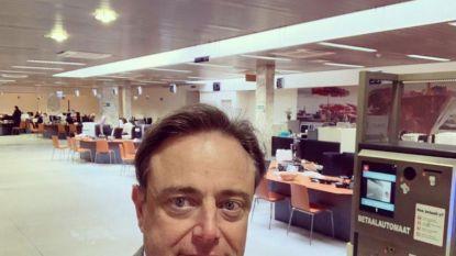 """Burgemeester Bart De Wever schrijft vondeling Arthur in: """"Vanaf vandaag is hij een echte sinjoor"""""""