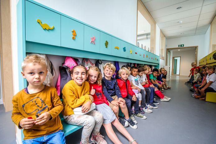De leerlingen van De Duinpieper vatten hun eerste schooldag aan in een gloednieuw schoolgebouw.