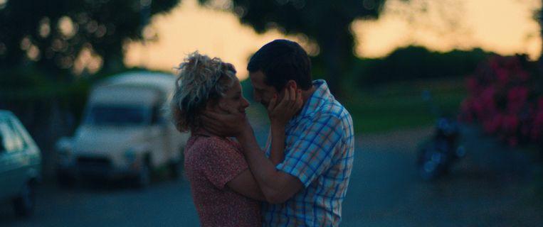 Veerle Baetens kust haar tegenspeler Guillaume Canet in 'Au nom de la terre'. Beeld Nord Ouest films