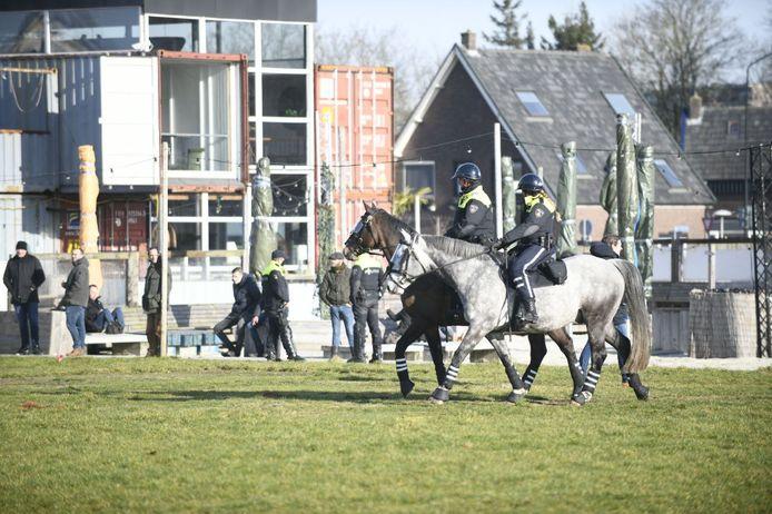 Op en rond het Zwitsalterrein was behoorlijk wat politie aanwezig. Er zijn enkele honderden mensen naar deze plek gekomen.
