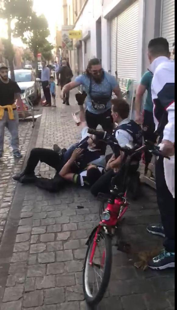 Politiebond VSOA plaatste een filmpje online van een arrestatie in Brussel waarbij een agent zwaar op zijn hoofd geschopt wordt.