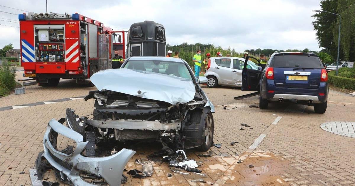 Ongeluk met drie autos op kruising Biezenmortel, zwaargewond slachtoffer overleden.