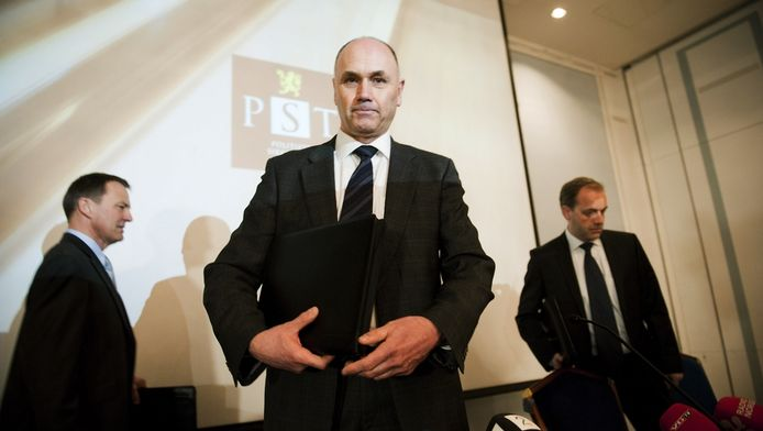 Leden van de geheime dienst van Noorwegen presenteren het rapport over Breivik.