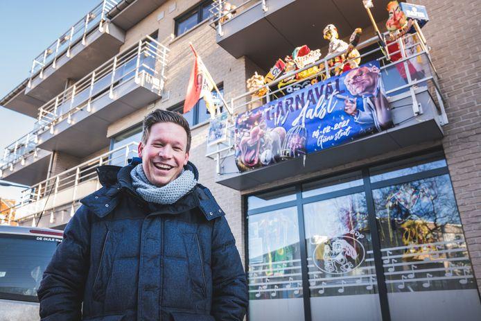 Yordi Ringoir, 28 jaar, kleuterleider en de enige kandidaat prins carnaval 2021, staat voor het versierde huis van zijn ouders.