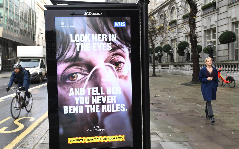 Beeld uit de campagne voor de coronamaatregelen, hier in Londen: 'Kijk haar in de ogen en zeg haar dat je geen loopje met de regels neemt.'  Beeld EPA