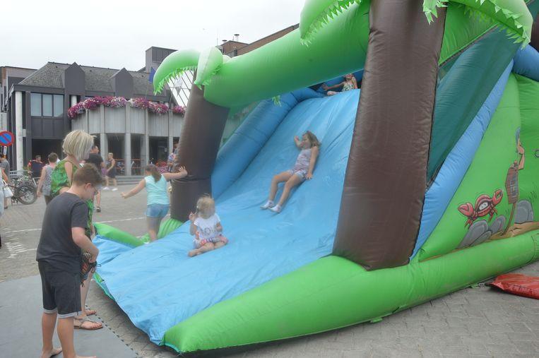 Kinderen genieten op het springkasteel.
