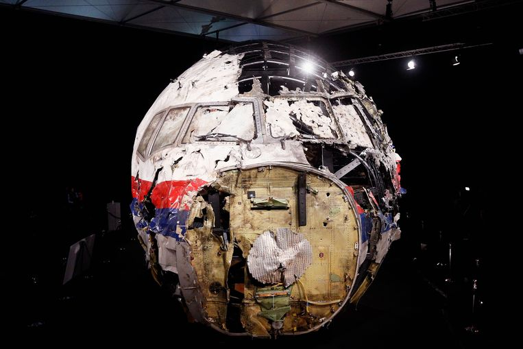 GILZE-RIJEN, NETHERLANDS - OCTOBER 13:  A general view of the cockpit wreckage at the Gilze-Rijen Military Base on October 13, 2015 in Gilze-Rijen, Netherlands. The reports focus on four subjects: the cause of the crash, the issue of flying over conflict areas, the question why Dutch surviving relatives of the victims had to wait two to four days before receiving confirmation from the Dutch authorities that their loved ones were on board flight MH17, and lastly the question to what extent the occupants of flight MH17 were consciously of the crash.  (Photo by Dean Mouhtaropoulos/Getty Images) Beeld Getty Images