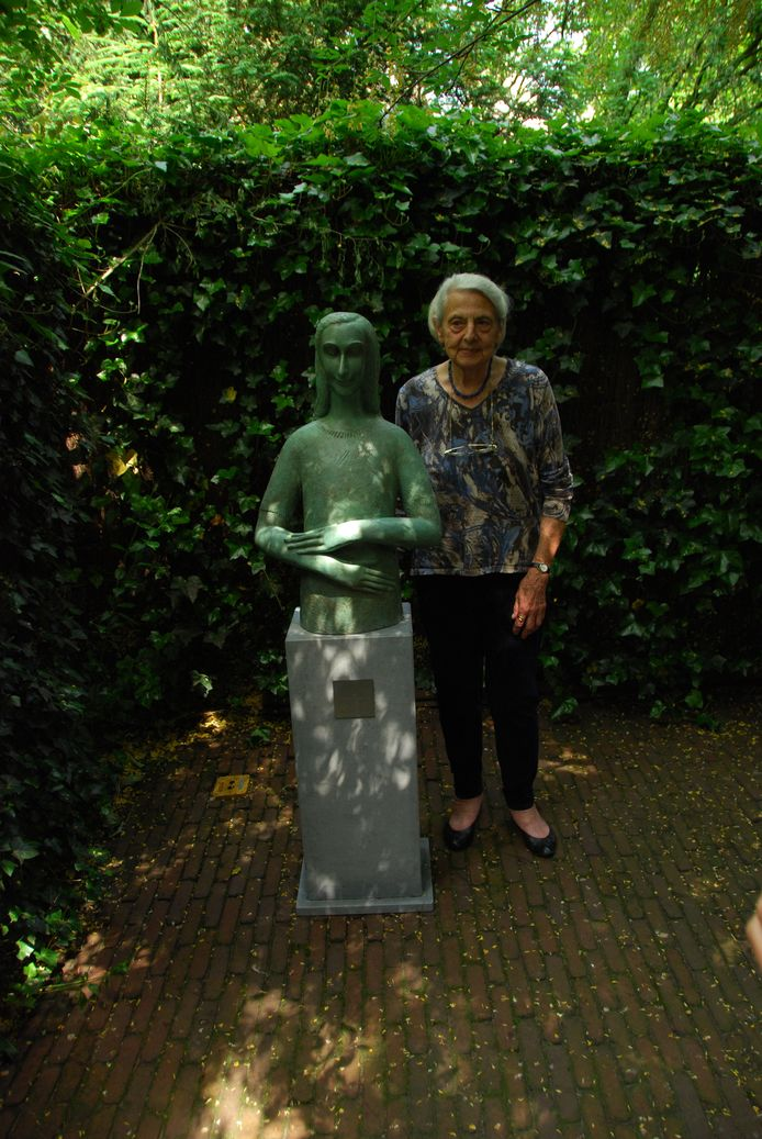 Mariëtte Coppens naast haar bronzen beeld in het Anne Frank Huis in Amsterdam. Dat verhuisde onlangs naar de Joodse Begraafplaats in het Nederlands Oisterwijk