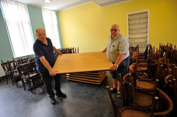 KWB-voorzitter Francois Sophie (r.) en een bestuurslid verhuizen het materiaal van de KWB.