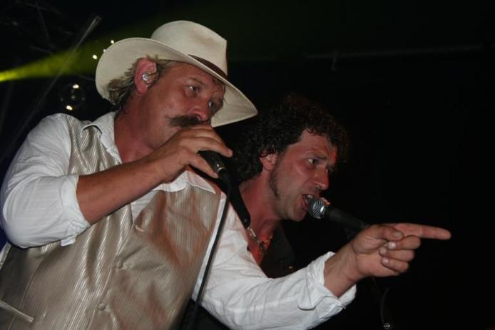 Frontman Hans Krabbenborg (links, met kenmerkende snor) en bassist Ard Schouten van de Vordense band Kas Bendjen in actie. foto PR