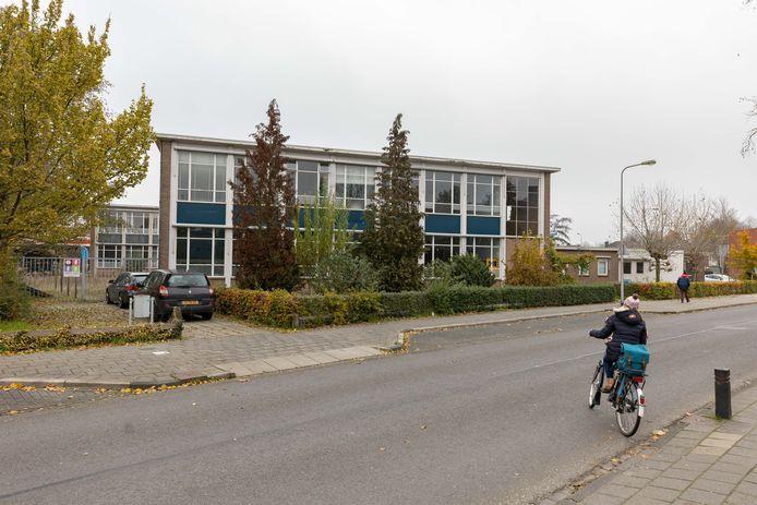 DS-2019-8266 - MEPPEL - Ingang vanaf de Schoolstraat. Oud schoolgebouw wordt verbouwd tot studentenhuis. Editie NWO. Foto: Pedro Sluiter PS_21_11_19